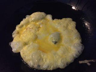 西红柿鸡汤面,如图热锅冷油,油热放入打散的鸡蛋,待鸡蛋定型快速打散盛出备用(不要偷懒哦,这样的鸡蛋更嫩滑口感更好)