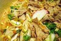 酸汤肥牛,当然配菜也可以放几个鱼丸什么的,任君发挥!肥牛不直接放入番茄汤里煮的原因是,肥牛会产生很多血沫,使汤底浑浊。