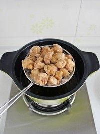 菠萝咕咾肉,锅里倒油,烧至八成热,将肉块入锅炸至定型后捞出,将锅里的油再次烧至八成热,肉块下锅复炸至肉块表面金黄后捞出控油。