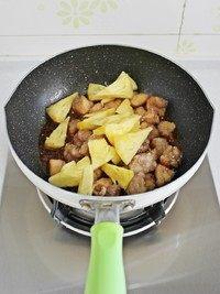 菠萝咕咾肉,将肉块和菠萝块倒入锅中。