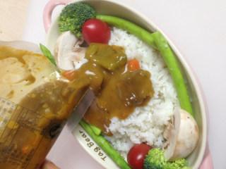 法式牛腩焗饭酱,加热好的法式牛腩焗饭酱均匀的倒在米饭上