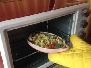 法式牛腩焗饭酱,入烤箱,220摄氏度上下火烤15分钟,或者微波炉中大火10分钟