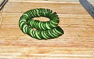 蓑衣黄瓜,切好的黄瓜可以拉很长,而不断。