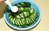 蓑衣黄瓜,把切好的黄瓜放入大碗中,均匀地撒盐按压一下,腌制30分钟。