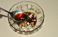 蓑衣黄瓜,小碗中加入切碎的蒜和姜,加生抽、香醋、糖、和少量的凉开水调匀成料汁。