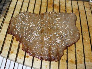 自制猪肉脯,第二次取出刷蜂蜜,洒白芝麻