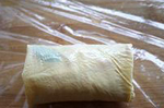 素鸭(家庭版),像包春卷一样从下至上卷起豆油皮,最后将接口部分豆油皮压在下面放置。