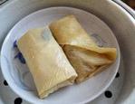 素鸭(家庭版),将包好的豆油皮卷放入蒸锅,大火蒸7-8分钟定型。