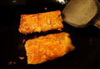 素鸭(家庭版),将剩余的调味汁略加少许水一起倒入煎好的素鸭锅中,大火烧开后,转小火收浓汤汁。