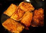 素鸭(家庭版),素鸭盛出,待略凉之后,切段即可食用。