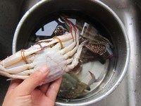 清蒸梭子蟹,梭子蟹清洗干净。