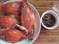 清蒸梭子蟹,出锅后,搭配蘸料一起食用。