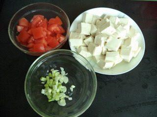 番茄豆腐,豆腐切成小块,番功切成与豆腐大小相同的块。
