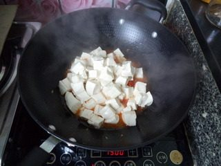 番茄豆腐,倒入豆腐块,小心翻炒。