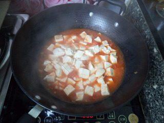 番茄豆腐,然后加入温水,温水没过豆腐即可,大火煮开后转小火炖煮。