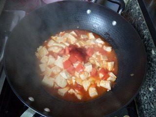 番茄豆腐,炖至汤汁收浓,再放入剩余的番茄块和番茄酱。