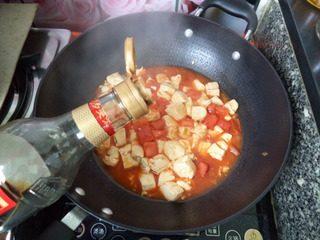 番茄豆腐,加入酱油、白糖、鸡精小心炒匀。