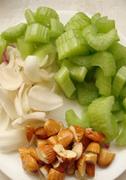 西芹百合酿虾球,将西芹切成小段,百合洗净,杏仁切成杏仁碎。