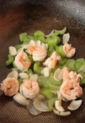 西芹百合酿虾球,加入烫过的虾仁,继续快速翻炒。