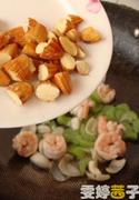 西芹百合酿虾球,最后加入杏仁,一点盐调味即可。