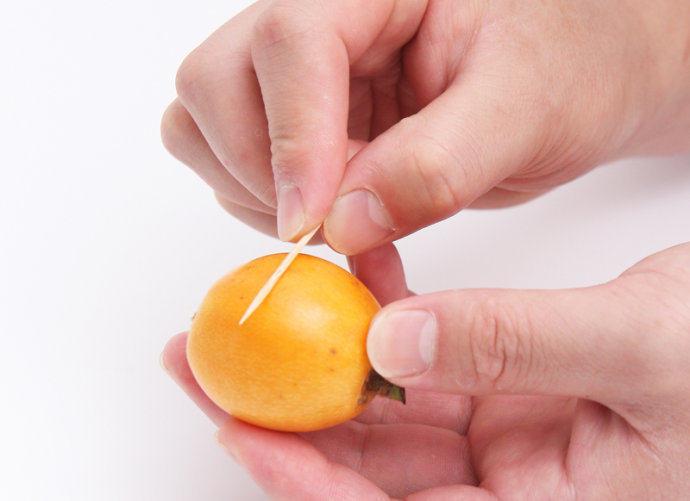 枇杷果酱,洗净枇杷,用牙签在枇杷表面来回刮,直至刮完整个枇杷。