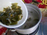 萝卜海带排骨汤,另准备一个锅,加入适量水,水开后,放入切好的海带