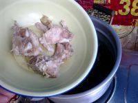 萝卜海带排骨汤,放入排骨