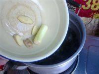 萝卜海带排骨汤,放入少许葱和姜