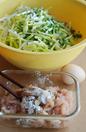 杏鲍菇韭黄鸡丝春卷,鸡胸肉加适量盐、淀粉、胡椒粉、拌匀,和韭黄、杏鲍菇一起拌匀,再加入鸡蛋、香油、生抽,调匀即成春卷馅。