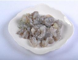 水煮虾滑,虾去头去壳,用牙签或者开背后将虾肠去掉(如果再次冲洗要挤干水)。