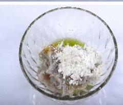 水煮虾滑,虾泥入碗,里面加入姜葱水、鸡蛋清、白胡椒粉、适量盐、干淀粉和1汤匙花生油。