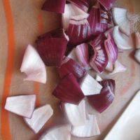 泰式菠萝虾球,洋葱切块。