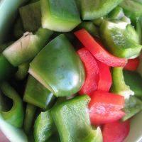 泰式菠萝虾球,青红椒切块。