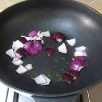 泰式菠萝虾球,炒锅烧热,放入适量油,放入洋葱炒软。