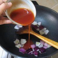 泰式菠萝虾球,放入调好的红酱,翻炒片刻。