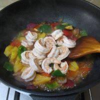 泰式菠萝虾球,放入煎过的虾翻炒均匀,即可出锅。