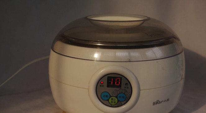 酸奶机自制酸奶,将容器放入酸奶机,设置酸奶程序。时间视温度而定。冬天可以设置时间长一点,9-10小时,夏天设置时间短一点,7-8小时就好