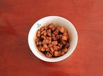 大锅菜,五花肉1.5cm左右的丁,冷水入锅焯水后用温水冲洗掉表面的浮末,控干水分后加盐1大勺和老抽腌制15分钟。