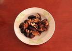 大锅菜,香菇提前泡发后多冲洗两遍,然后挤干水分用刀一切为二。