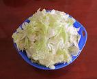 大锅菜,大白菜用盐水泡15分钟,控水后用手撕成小片备用。(白菜帮撕的时候要分层撕,撕的块小一点)