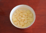 大锅菜,土豆削皮后切滚刀块,用水洗掉表面的淀粉。