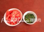 大锅菜,西红柿洗净后切块,香菜洗净后切小段,加入适量的醋和少量香油拌匀。