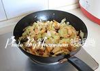 大锅菜,放撕好的大白菜,调入适量的盐,大火翻炒至白色变软。