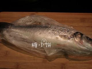 富贵庆余年,鲈鱼一条,刮去鱼鳞