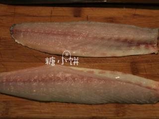 富贵庆余年,这样处理好两片鱼肉,如果还有刺的话用手拔出来就好