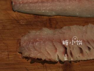 富贵庆余年,取其中一片鱼肉,斜着刀片出鱼肉片