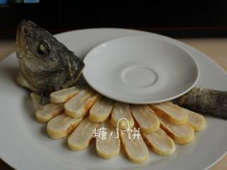 富贵庆余年,将煮熟的鱼糕卷捞出沥水,切成片状装盘