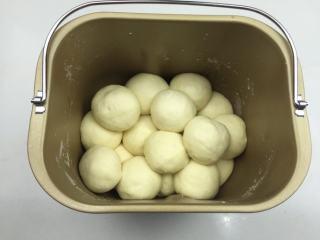 蜜豆小面包,将做好的面团一个一个码入面包桶内