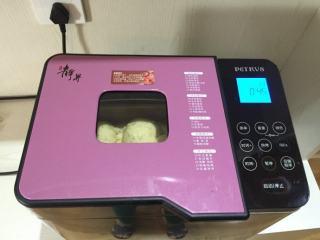 蜜豆小面包,面包机开启烘烤功能,将面包桶放入,烘烤45分钟