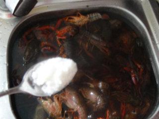 湖南麻辣小龙虾,再反复清洗至水清撤不浑浊后再加入清水能浸没龙虾加入盐静养15分钟后洗净捞起